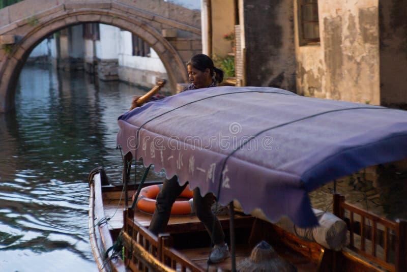 ZHOUZHUANG, CINA: Barca che passa tramite i canali fotografia stock