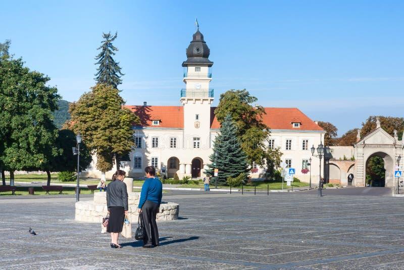 Zhovkva Lviv region, Ukraina - Augusti 13, 2016 Centralt Vicheva Veche marknadsfyrkant och stadshus i sommarmorgon arkivfoto