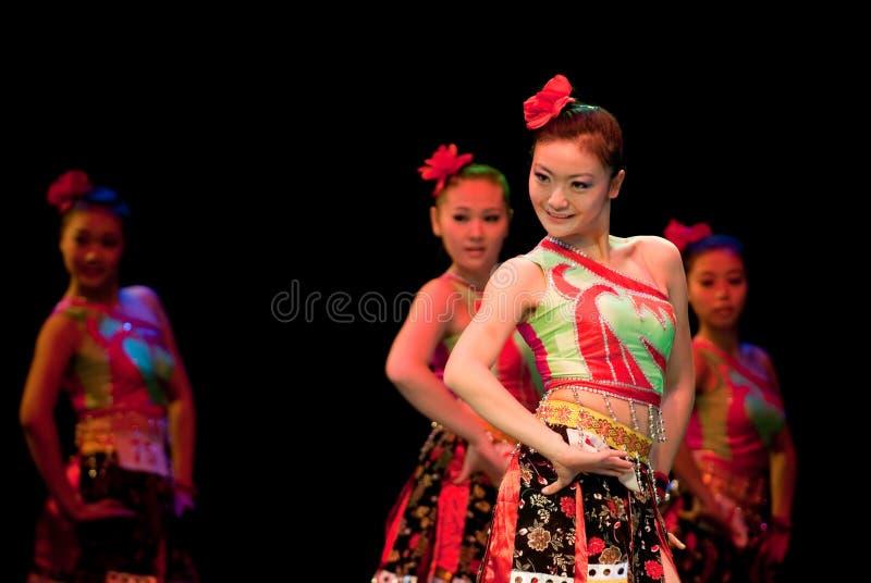 Zhuang dziewczyna--Chiński ludowy taniec fotografia stock