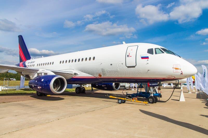 Zhukovskiy, Россия - 28-ое августа 2015: Конфигурация RA-89053 RusJet VIP Супер-джета 100 Sukhoi на стойке выставки стоковая фотография