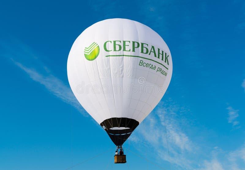 Zhukovsky, Rusia - 22 de julio 2017 El aerostato con la publicidad y el lema de Sberbank está siempre allí imagen de archivo libre de regalías