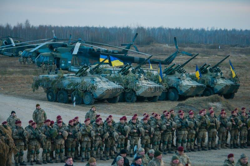 Zhytomyr, Украина - 21-ое ноября 2018: Военный парад, столбец вертолета танка стоковые изображения rf