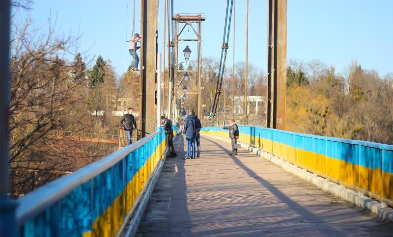 Zhytomyr, Украина - 5-ое сентября 2015: Парни звонка-вниз старухи, то взбираясь на мосте развалины стоковые изображения