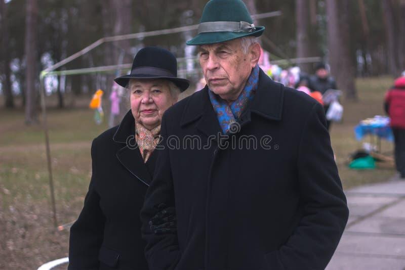 Zhytomyr, Украина - 3-ье октября 2015: старые пары идя в парк стоковое фото