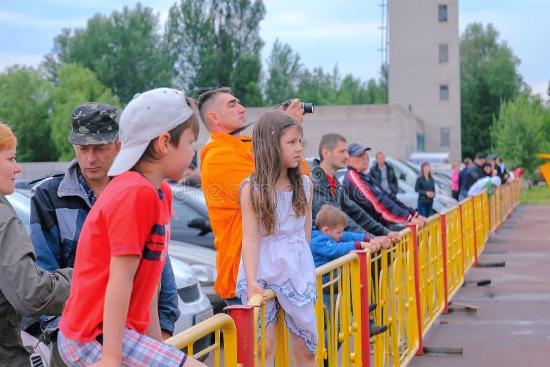 Zhytomyr, de Oekraïne - Juni 20, 2015: Jongen en meisjeszitting op een omheining royalty-vrije stock afbeeldingen