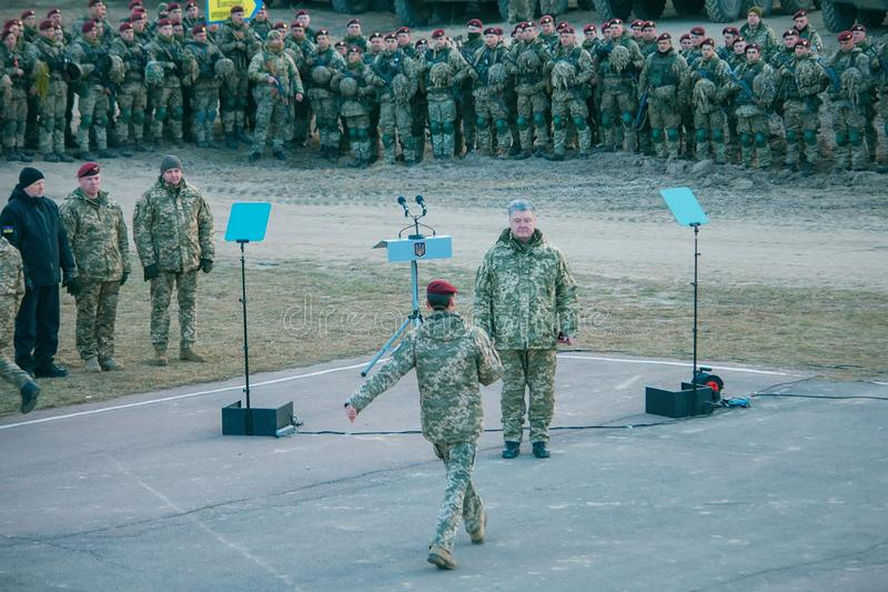 Zhytomyr, de Oekraïne - Nov. 21, 2018: President Poroshenko bezocht opleidingscentrum stock foto