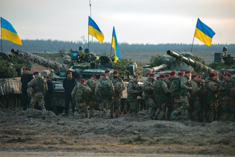 Zhytomyr, de Oekraïne - November 1, 2017: Het Oekraïense militaire verzamelen zich met tanks stock foto