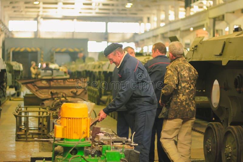 ZHYTOMYR, de OEKRAÏNE - 10 Oct, 2014: Russische gepantserde personeelsdrager met tanks in de hangaar royalty-vrije stock afbeelding