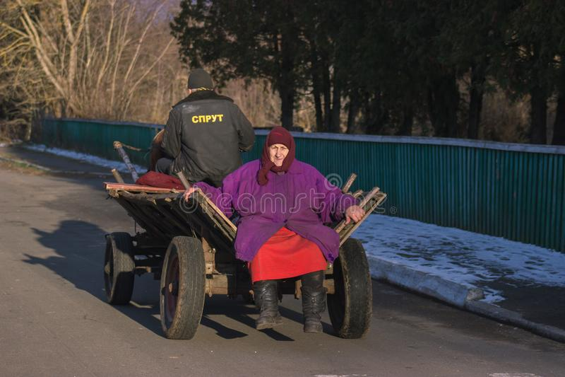 Zhytomyr, de Oekraïne - Oktober 03, 2015: hogere vrouwenzitting op oud getrokken paard stock fotografie