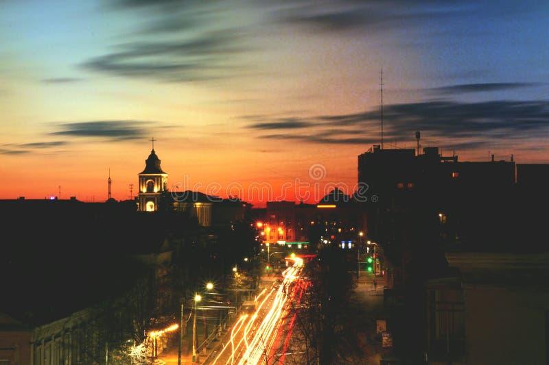 Zhytomyr-Stadt nachts, Verkehr und Sonnenuntergang glättend lizenzfreie stockfotos