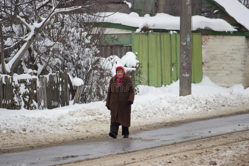 Zhytomyr, Ucrânia - 20 de fevereiro de 2018: mulheres que andam ao longo da estrada escorregadiço do inverno fotografia de stock royalty free