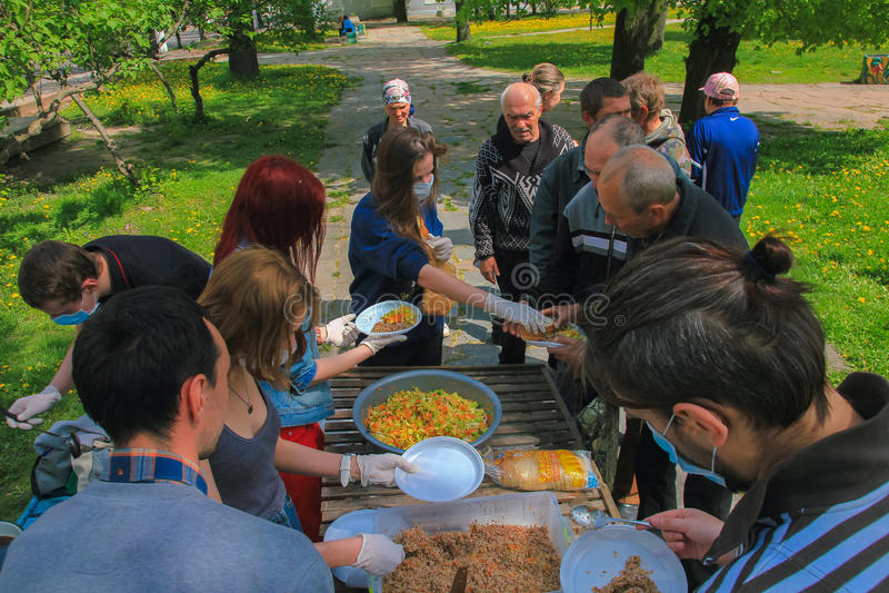 Zhytomyr, UCRÂNIA - 21 de maio de 2017: Alguns ativistas do anarquista no alimento não bombardeiam a campanha que alimenta os sem imagens de stock