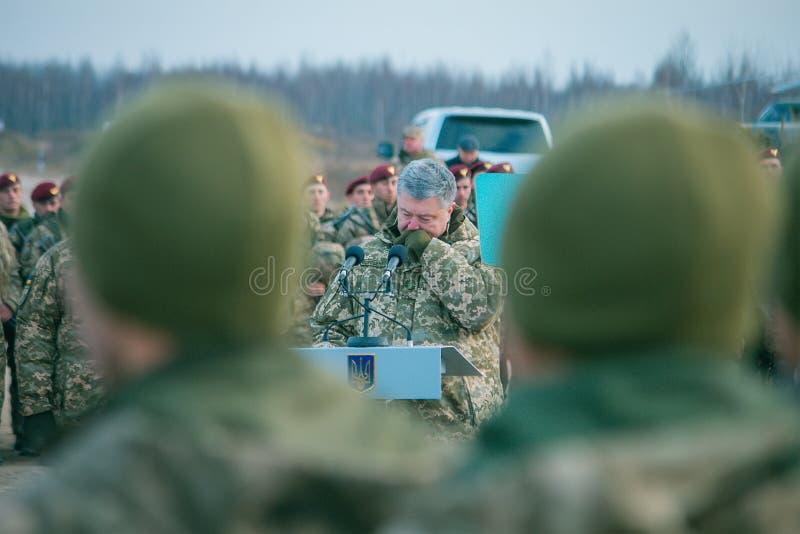 Zhytomyr, Ucrânia - 21 de novembro de 2018: O presidente Poroshenko visitou o centro de aprendizado de tropas transportadas por v imagem de stock