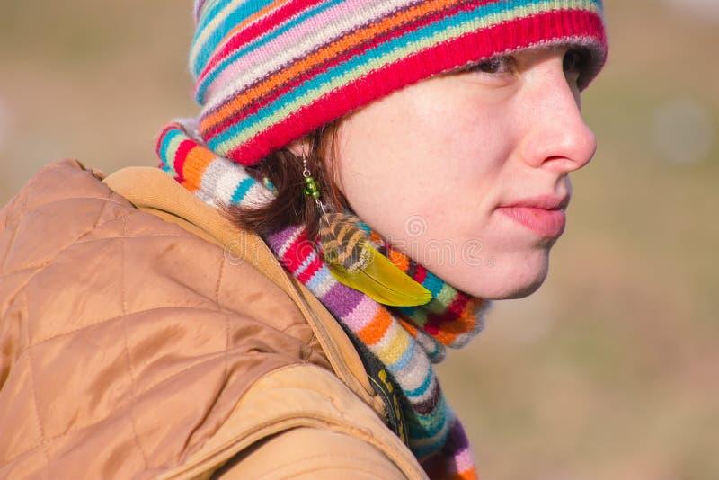 Zhytomyr, Ucrânia - 3 de outubro de 2015: jovem mulher atrativa na pena étnica da joia imagem de stock