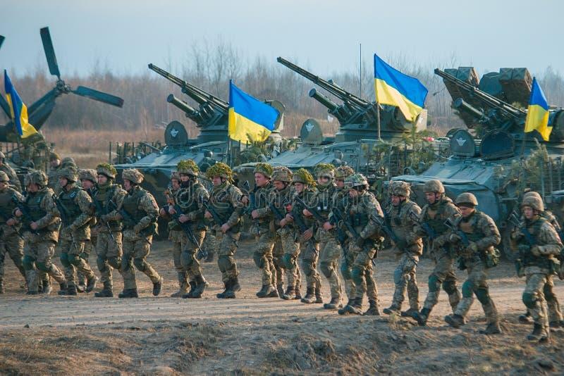 Zhytomyr, Ucrania - 1 de noviembre de 2017: Huelga que va militar ucraniana con los tanques foto de archivo libre de regalías