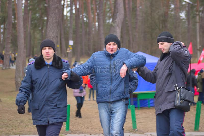 Zhytomyr Ukraina - Januari 19, 2016: Polisen arresterad drunked man royaltyfri bild