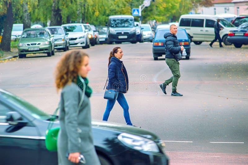 Zhytomyr Ukraina - MAJ 6, 2017: Ungdomarkorsar vägen i fel ställe royaltyfri foto