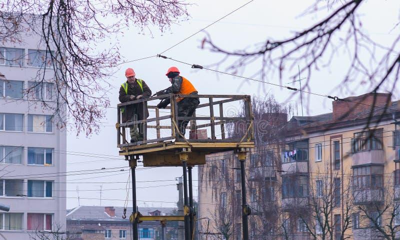 Zhytomyr Ukraina - SEPTEMBER 2, 2016: Kraftledningservice, isolatorer och trådar arkivbild