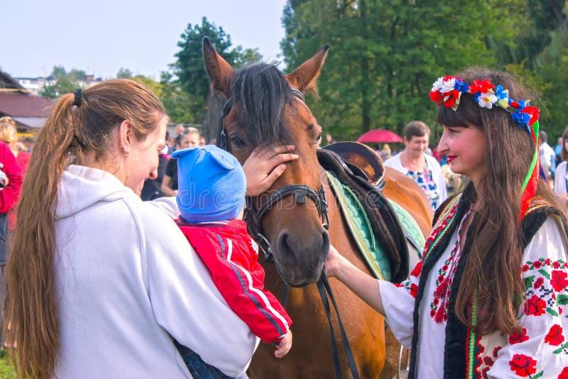 Zhytomyr Ukraina, SIERPIEŃ, - 19, 2017: Ukraińscy fan pokazują występ obraz royalty free