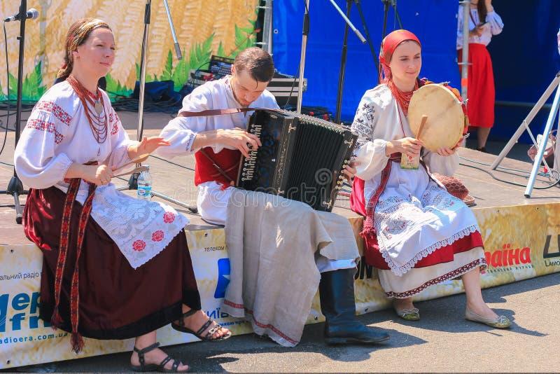 Zhytomyr, Ukraine - 20. Juni 2015: Ukrainische Frau Hochländern eines in den alten anwesenden authentischen nationalen Kostüms lizenzfreie stockfotos