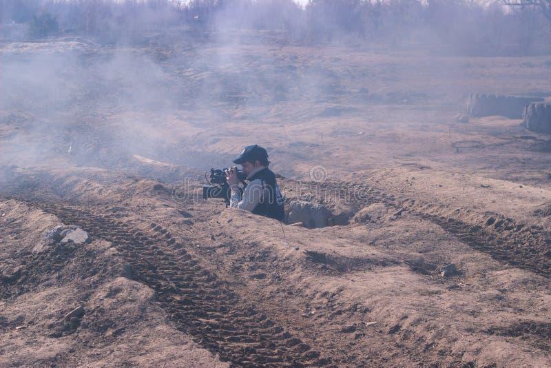 Zhytomyr, Ukraine - 5. März 2015: Front Line Militär greift auf Schlachtfeld vom Hinterhalt an stockbilder