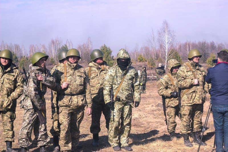 Zhytomyr, Ukraine - 5. März 2015: Front Line Militär greift auf Schlachtfeld vom Hinterhalt an lizenzfreie stockfotos