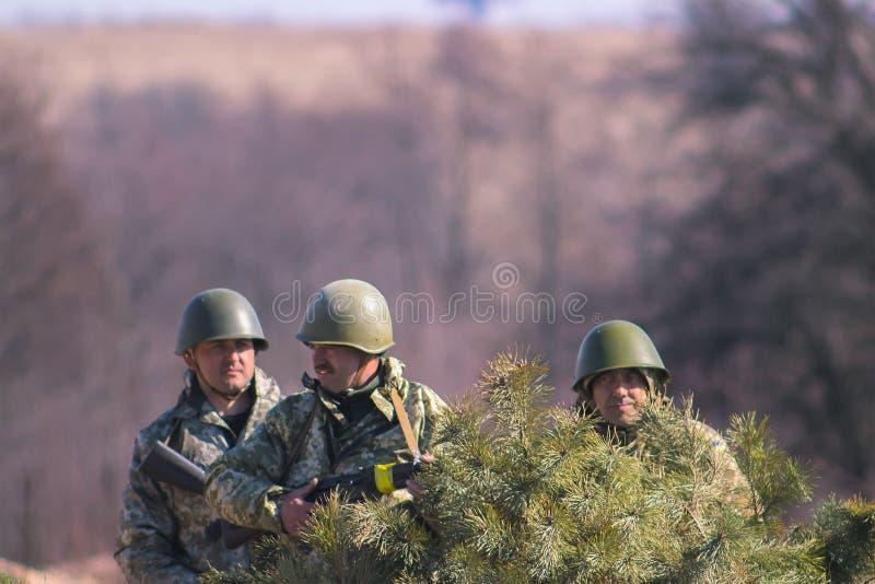 Zhytomyr, Ukraine - 5. März 2015: Front Line Militär greift auf Schlachtfeld vom Hinterhalt an lizenzfreie stockbilder