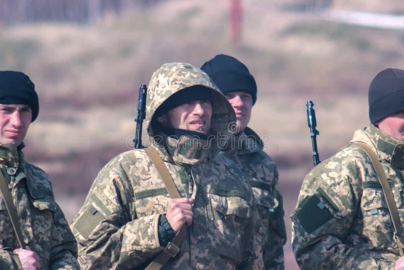 Zhytomyr, Ukraine - 5. März 2015: Front Line Militär greift auf Schlachtfeld vom Hinterhalt an stockfotografie
