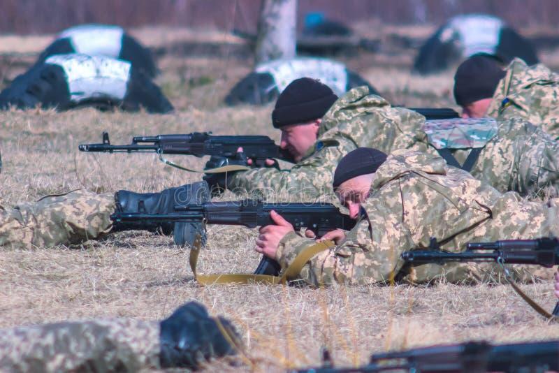 Zhytomyr, Ukraine - 5. März 2015: Front Line Militär greift auf Schlachtfeld vom Hinterhalt an stockbild