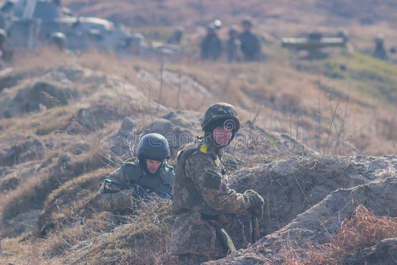 Zhytomyr, Ukraine - 5. März 2015: Front Line Militär greift auf Schlachtfeld vom Hinterhalt an lizenzfreies stockfoto