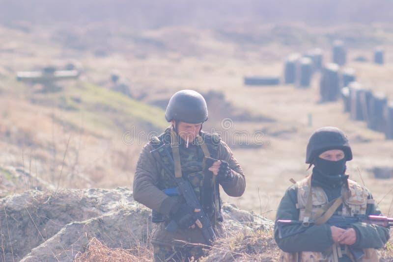 Zhytomyr, Ukraine - 5. März 2015: Front Line Militär greift auf Schlachtfeld vom Hinterhalt an lizenzfreie stockfotografie