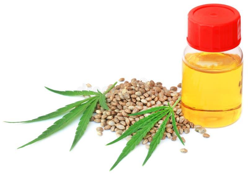 Ziarna i liście marihuany z istotnym olejem zdjęcie royalty free