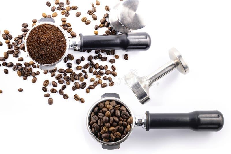 Ziarna kawy i proszek do kawy na filtrze ziemniaczanym wyizolowanym na białym tle obrazy stock