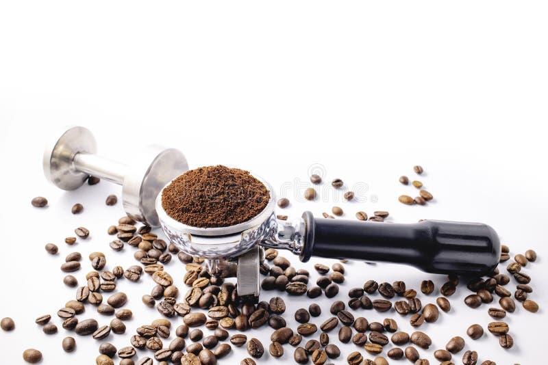 Ziarna kawy i proszek do kawy na filtrze ziemniaczanym wyizolowanym na białym tle zdjęcia stock