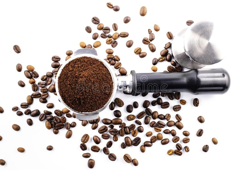 Ziarna kawy i proszek do kawy na filtrze ziemniaczanym wyizolowanym na białym tle fotografia stock