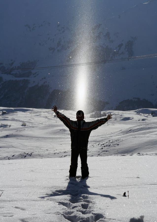 Zich bevindt in Sneeuw, die van Zonlicht geniet royalty-vrije stock fotografie