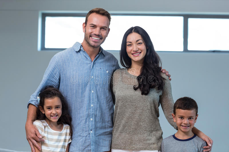 Zich en familie die verenigen glimlachen stock foto's