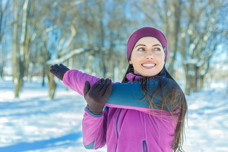 Zich in openlucht het uitrekken in de winter stock foto's