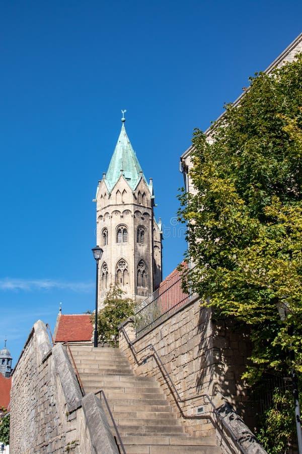 zicht vanuit het historische centrum in het najaar in Freyburg / Unstrut met kerken en andere huizen en stadsmuur stock fotografie