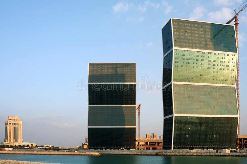 Zickzackkontrolltürme in Doha, Qatar lizenzfreie stockbilder