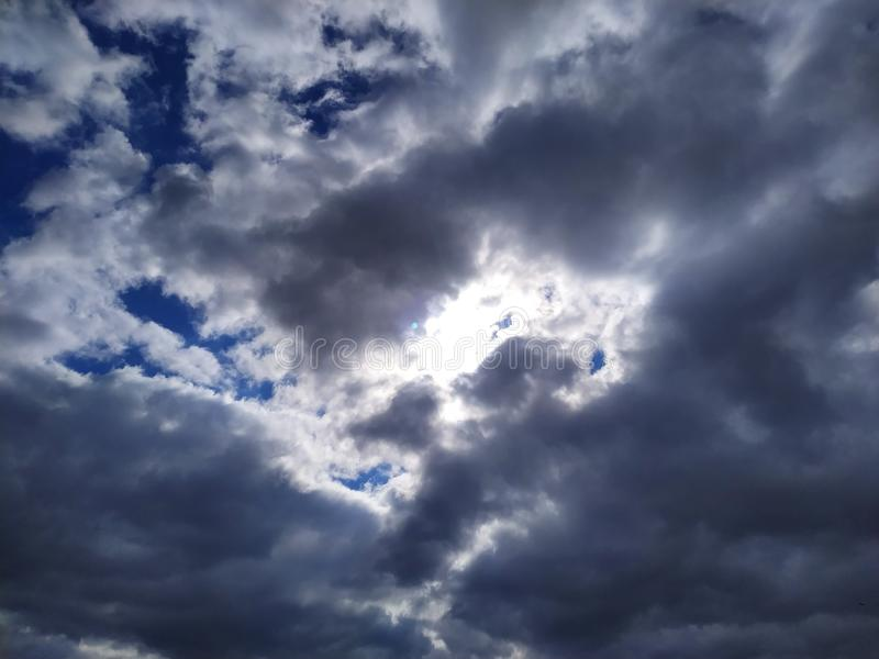 Zie de zon door de wolken royalty-vrije stock fotografie