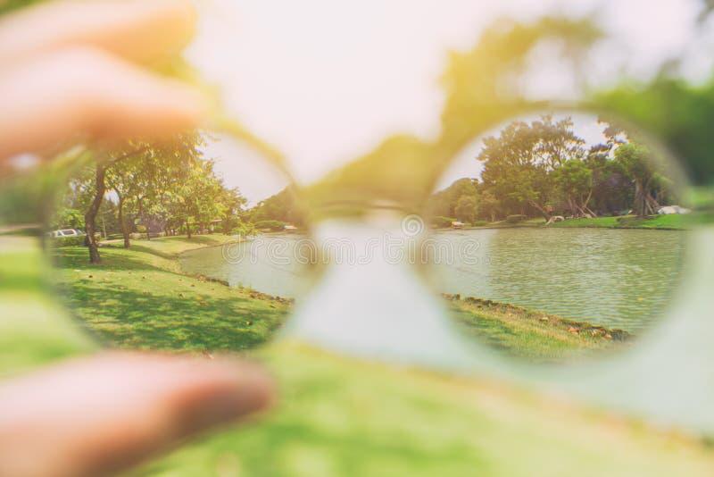 Zie het kijken door de visie van de glazenlens royalty-vrije stock fotografie