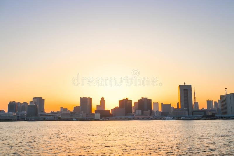 Zie Mening van de riviergezichtspunt van zonsondergangsumida boten in Tokyo zien stock afbeeldingen
