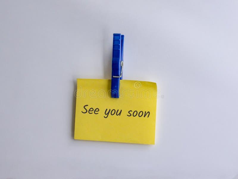 Zie u spoedig geschreven op geknipte gele nota stock foto's