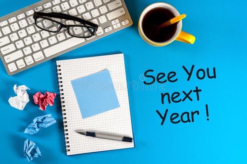 Zie u volgend jaar - memorandum bij blauwe bureaulijst nieuwe het jaar van 2018 komst stock afbeelding
