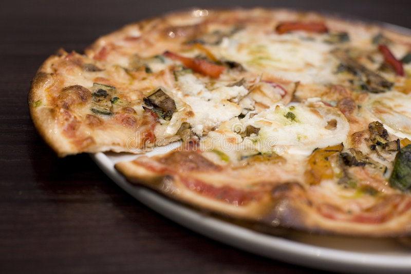 Ziegekäse und gebratene vegatable Pizza stockbild