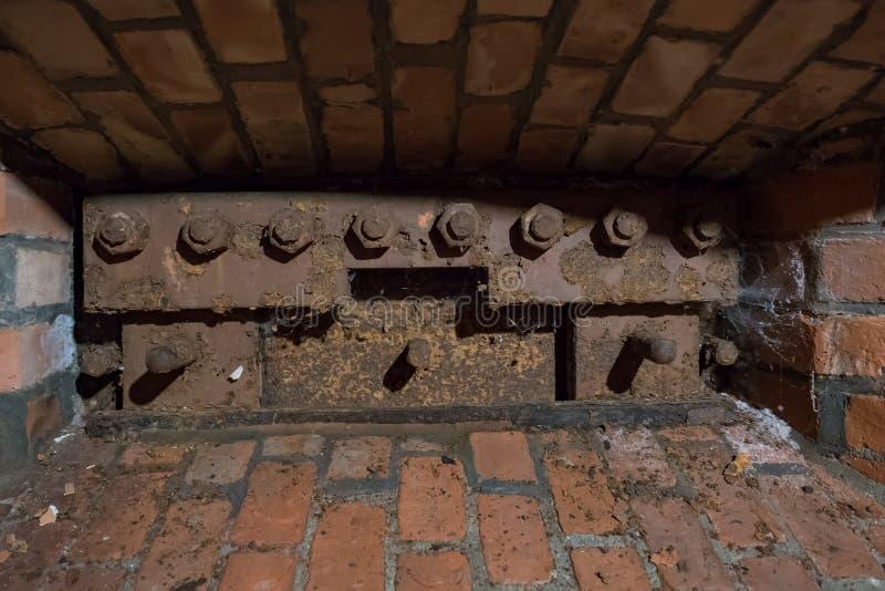Ziegelstein Embrasure mit Metallschutz lizenzfreies stockbild