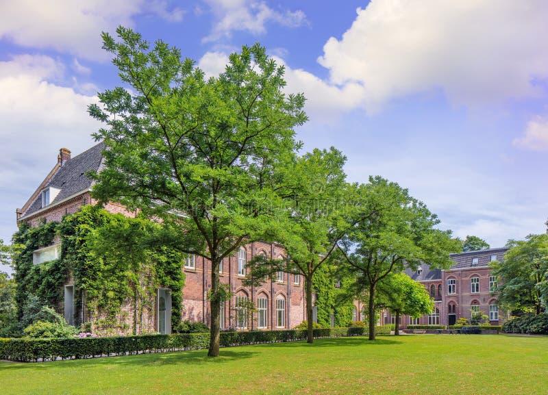 Ziegelstein monastry in einer üppigen grünen Umwelt, Tilburg, die Niederlande lizenzfreies stockfoto
