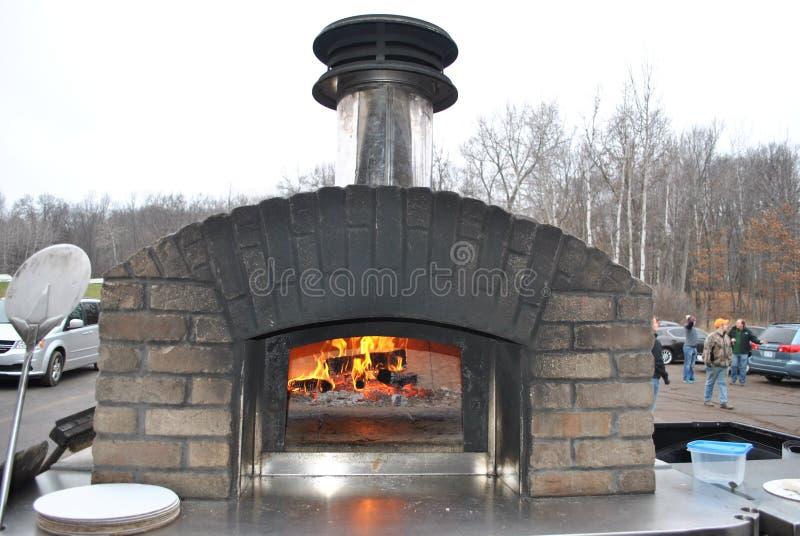 Ziegelstein-Pizza-Ofen im Freien stockbild