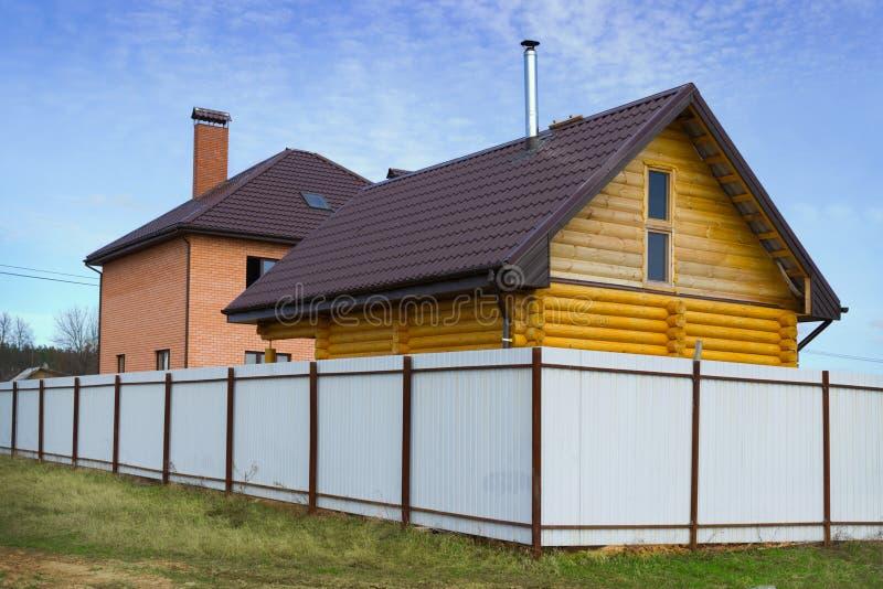 ziegelstein und holzhaus hinter einem zaun stockbild bild von himmel wohnsitz 30691153. Black Bedroom Furniture Sets. Home Design Ideas